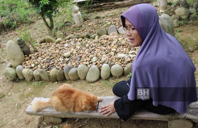 Nana akan turut mengiringi Hasnah yang setiap kali menziarahi kubur Abd Aziz di Kampung Paloh, Tanah Merah. - NSTP/Nik Abdullah Nik Omar