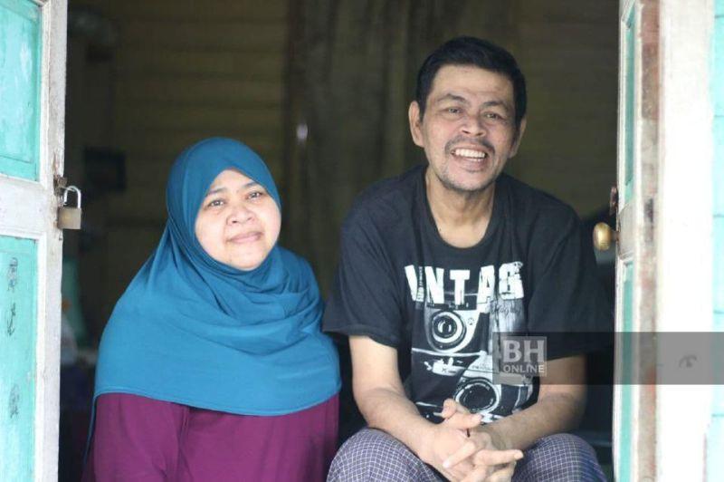 Azuan bersama adiknya, Nor Husmafaizam, 41, menjual sabun di hadapan rumah untuk menampung sara hidup. - Foto NSTP/ Nor Amalina Alias