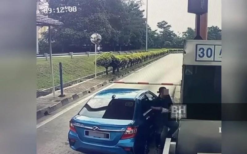 Gambar dari rakaman video memaparkan seorang lelaki menyimbah air minuman ke arah jurutol yang bertugas. - Ihsan pembaca