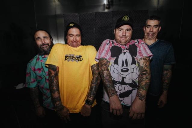NUEVA GLORIA ENCONTRADA y PLAN SENCILLO para formar equipo para la gira Pop Punk que aún no ha muerto