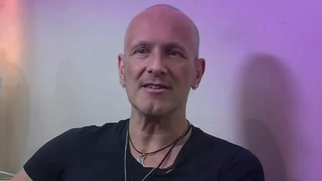 DEF LEPPARD's VIVIAN CAMPBELL Says His Cancer Is Once Again In 'Remission'