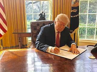 Trump_signing_Executive_Order_13780