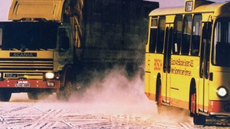 Auch Bosch-Technik für Omnibusse und Lastwagen musste sich seit den 1970er Jahren den Tests im nordischen Winter aussetzen. Beide Fahrzeuge waren zur Erprobung mit dem Antiblockiersystem ABS ausgerüstet. Foto von 1985.