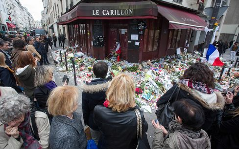 Mourners outside Le Carillon restaurant, after the attacks in Paris, on Nov. 16, 2015.