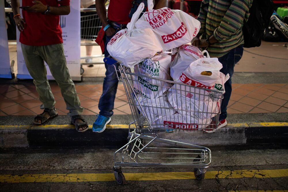 Coronavirus Latest: Singaporeans Empty Supermarkets - Bloomberg