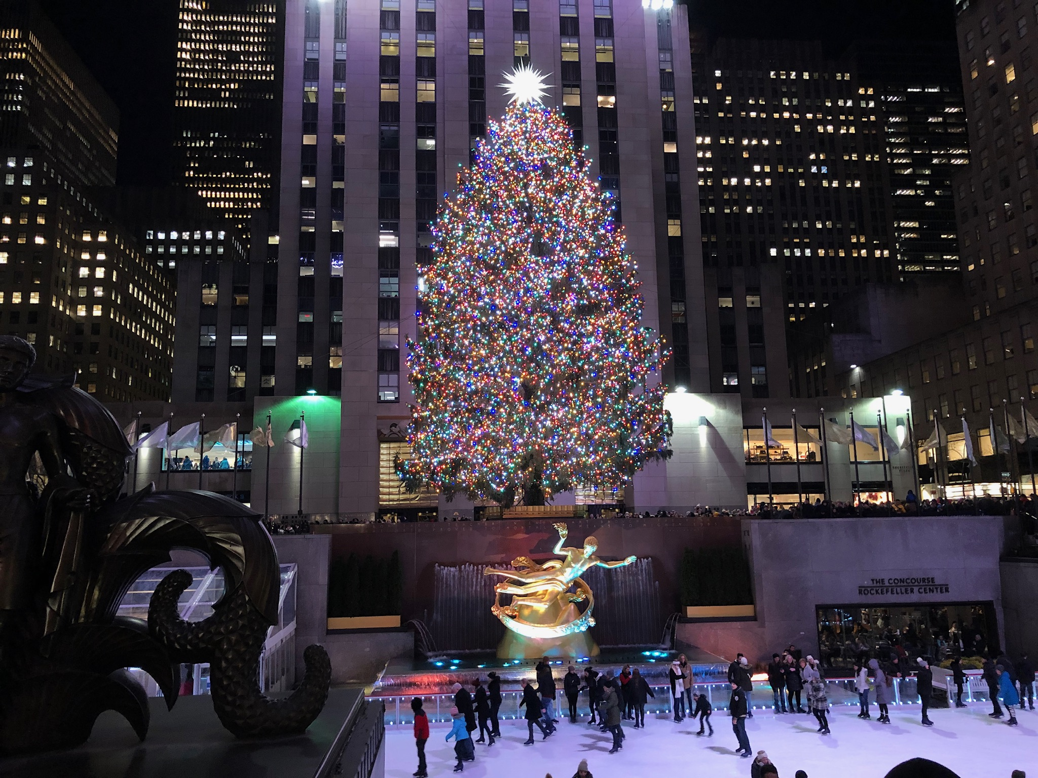 rockefeller center s christmas tree to return without the crowds bloomberg
