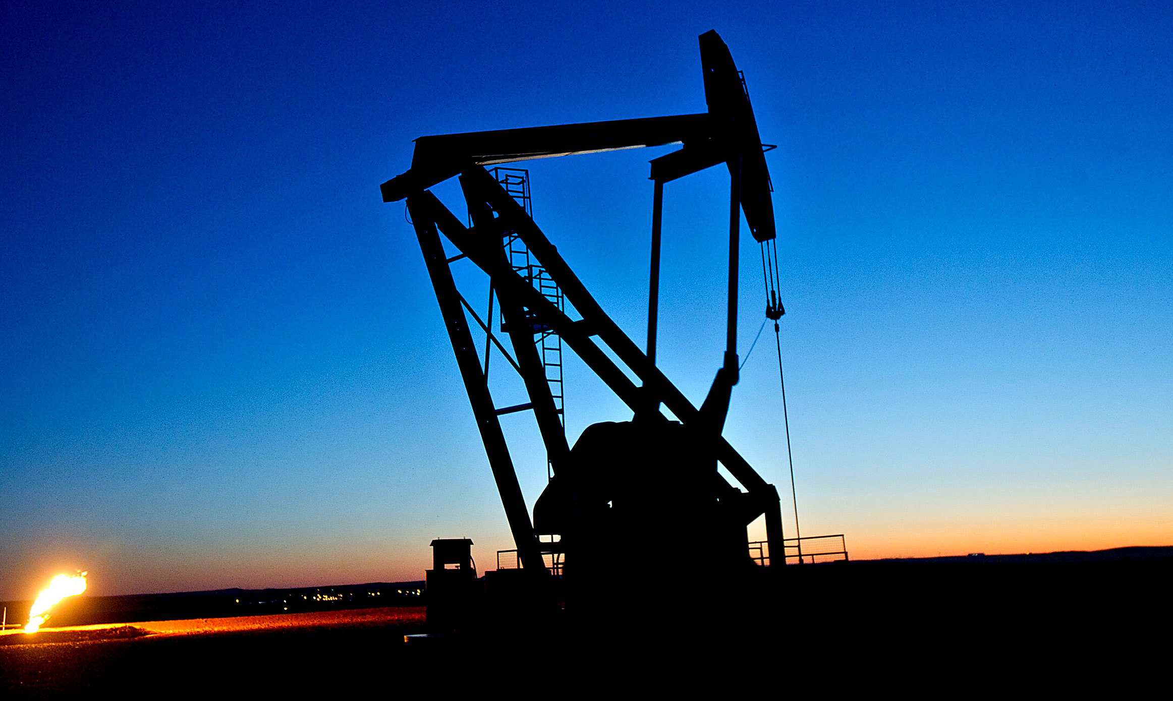 Oil Price Declines as Stockpiles. Venezuela Impact Market - Bloomberg
