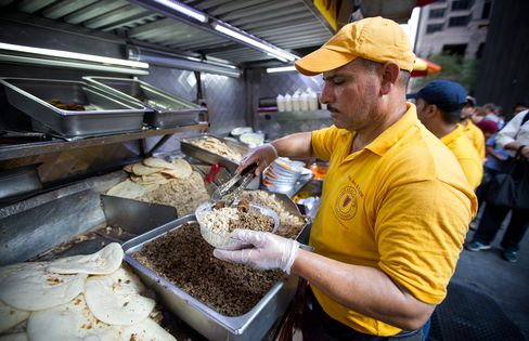 Halal Guys preparing a combo platter in New York.
