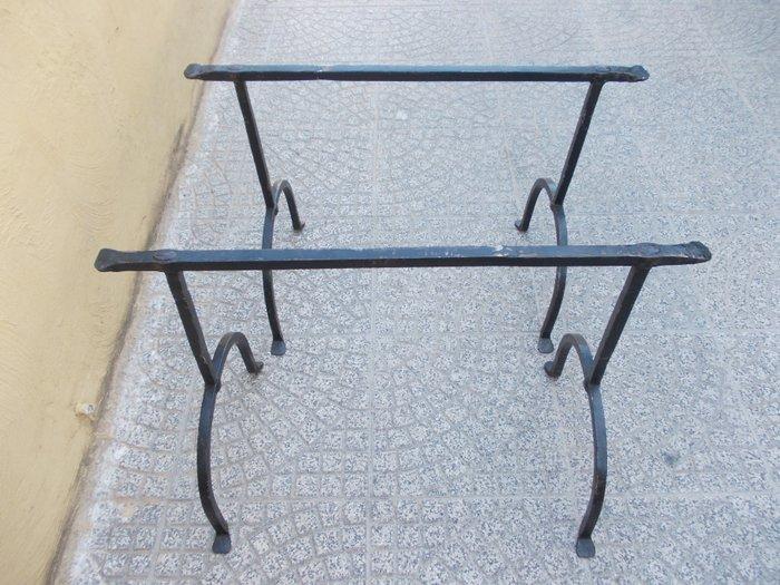 Tavolo cavalletti in ferro battuto con antica base in noce italiano tavole primi 1700 cavalletti