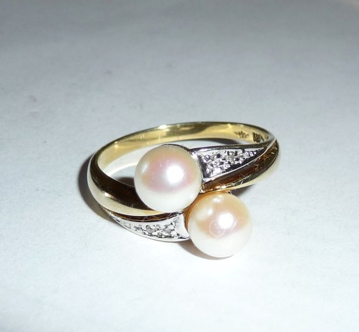 Yellow gold ring 585. 14 karat with pearls and diamonds