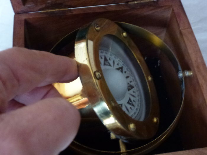 Stall One-azimuth compass in Gimbals in a wooden French mahogany box with brass frame. - Catawiki
