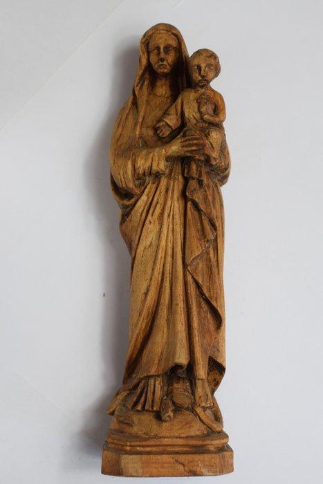 une statue de la vierge et de l enfant