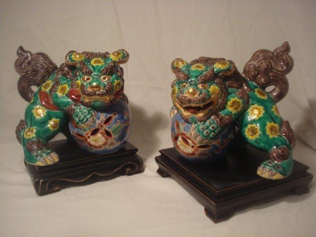Engraving, Foo dog (2) - Famille rose, Green-ground, Kutani - Pastel, Porcelain - Dancer, Lion - Japan - 19th century
