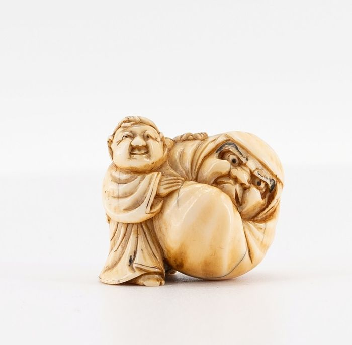 Netsuke - Ivory - BOY WITH DARUMA DOLL, signed MASAKAZU 正 - Japan - Edo Period (1600-1868) - Catawiki