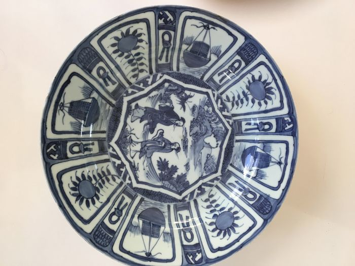 A beautiful Chinese porcelain large 31 cm. Wanli dish with decor of figures in perfect (1) - Porcelain - China - 18th century - Catawiki