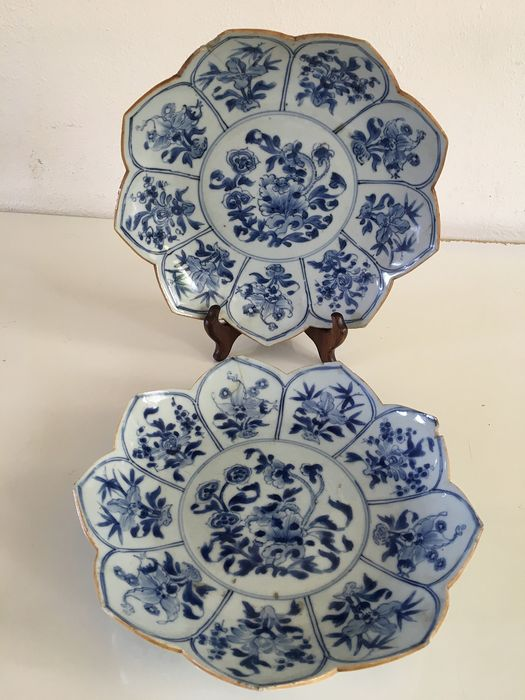 A set of two Chinese Lotus plates with floral decor, Kangxi (2) - Porcelain - China - Kangxi (1662-1722) - Catawiki