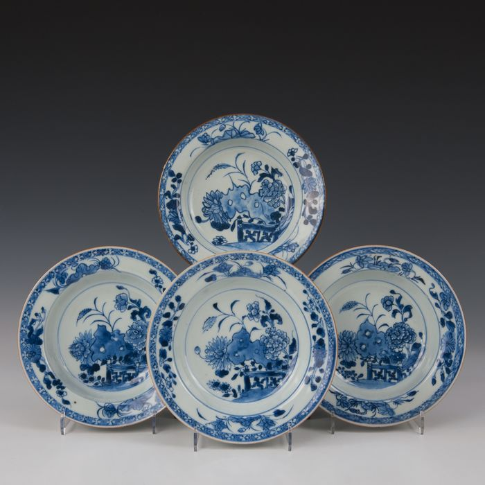 deep cream plates (4) - Blue and white - Porcelain - flowers growing from rock work in a fenced off garden - China - Qianlong (1736-1795) - Catawiki
