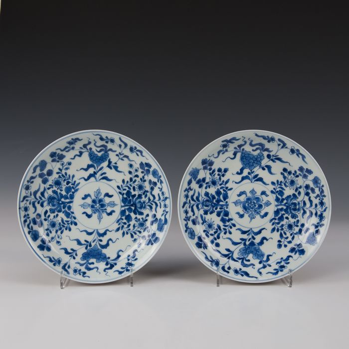 A few signs (2) - Blue and white, capuchin rear - Porcelain - Stylized flowers inside and around a medallion lung - gemerkt: dubbele ring - China - Kangxi (1662-1722) - Catawiki