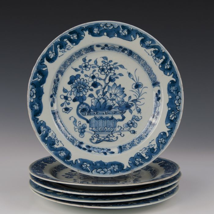 Set of 5 plates (5) - Blue and white - Porcelain - Jardinière with flowers - China - Qianlong (1736-1795) - Catawiki