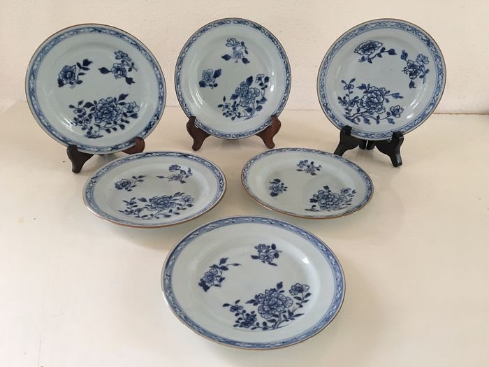 A series of 6 beautiful Chinese porcelain blue / white plates with floral decor in perfect condition. (6) - Porcelain - China - 18th century - Catawiki