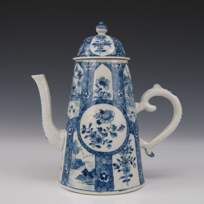 Large coffee pot (1) - Blue and white - Porcelain - Landscape and flowers - China - Qianlong (1736-1795) - Catawiki