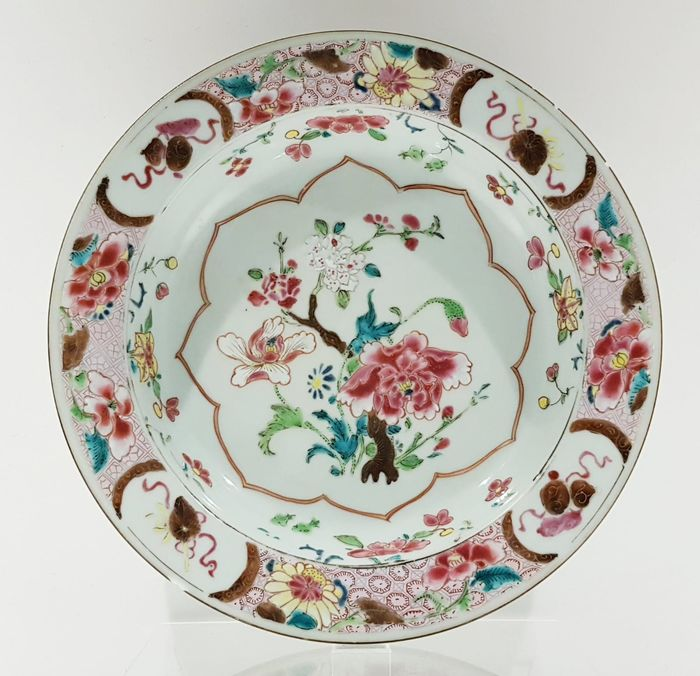 Plate (1) - Famille rose - Porcelain - Flowers - Beautifully decorated Famille Rose plate with gold - China - Yongzheng (1723-1735) - Catawiki