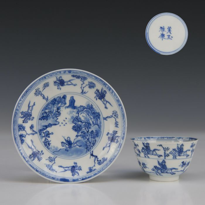 """Cup and saucer - marked (2) - Blue and white - Porcelain - """"Master of the rocks"""" - figures on horseback - China - Kangxi (1662-1722) - Catawiki"""