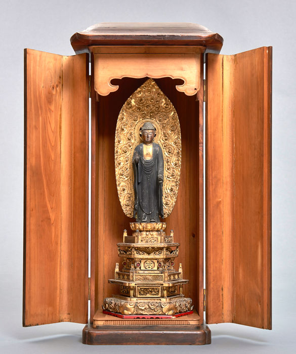 Large wooden Yakushi buddha in a plain wooden shrine. - Wood - Large partly gilded Yakushi buddha in a wooden shrine with two hinged doors - Japan - Edo Period (1600-1868)