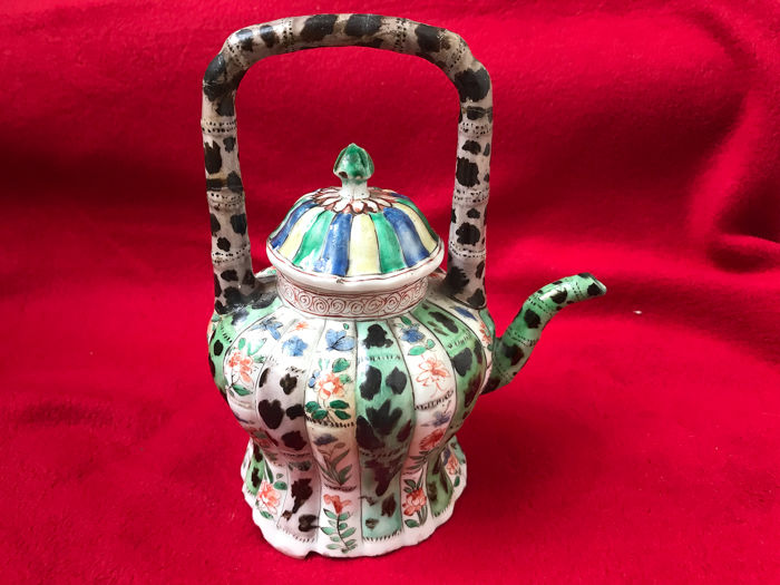 A FAMILLE VERTE LOBED TEAPOT AND COVER - Porcelain - China - Kangxi (1662-1722) - Catawiki