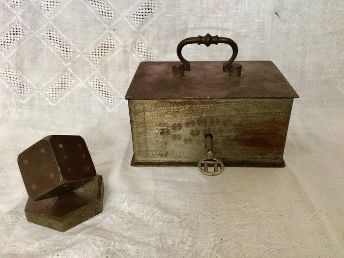 une caisse en acier et un presse papier