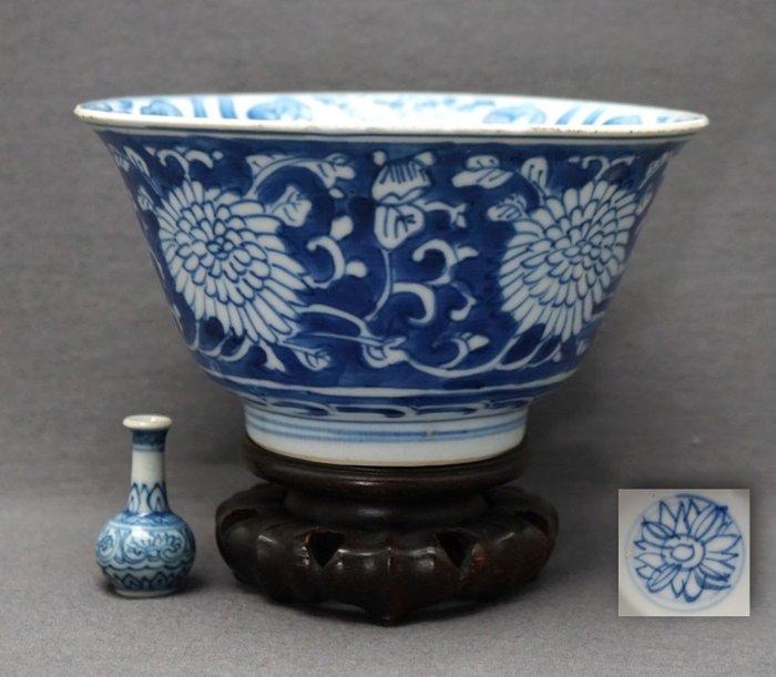 Bowl - Porcelain - Marked with chrysanthemum - China - Kangxi (1662-1722) - Catawiki