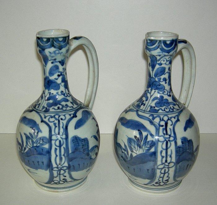 A pair of jugs (2) - Porcelain - Japan - 17th century - Catawiki