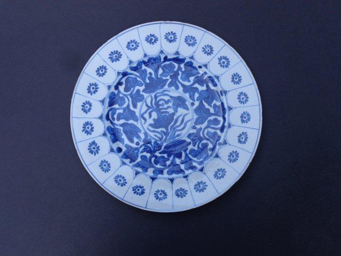 Plate (1) - Blue and white - Porcelain - Flowers - China - Kangxi (1662-1722) - Catawiki