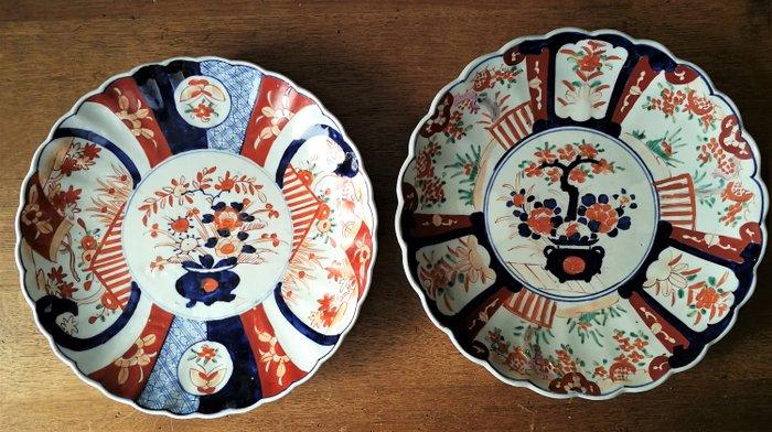 Large Imari Dishes (2) - Imari porcelain - Japan - Early 20th century - Catawiki
