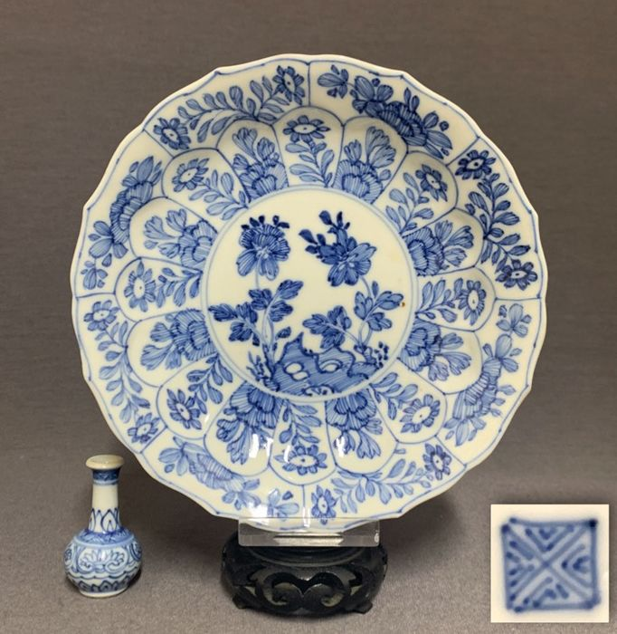Saucer - Porcelain - Moulded and with a serrated border - Peonies on pierced rock - Mint condition - Marked - China - Kangxi (1662-1722) - Catawiki