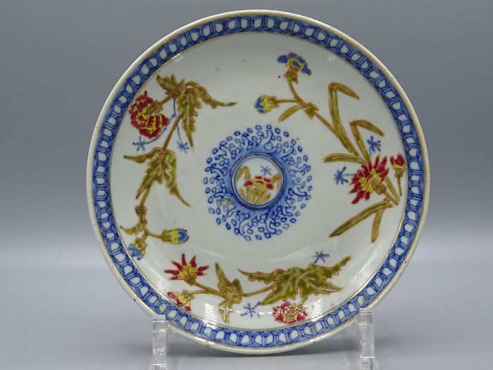 Plate with floral decoration - Kangxi reign mark - Porcelain - China - Guangxu (1875-1908)