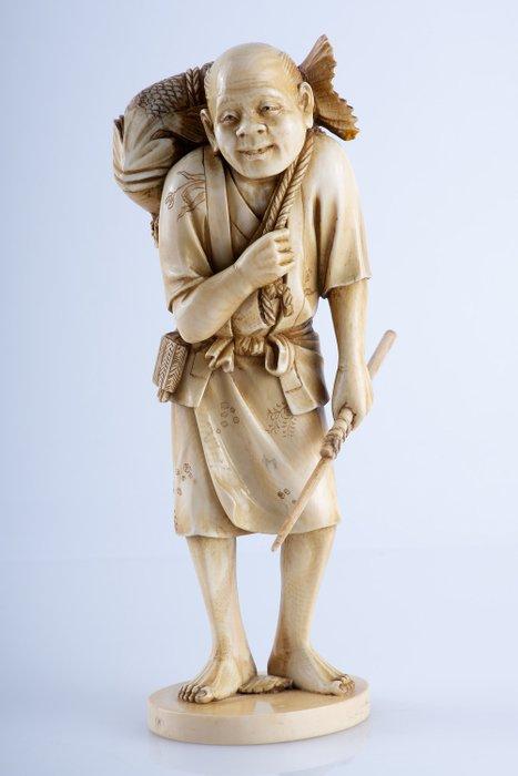 Okimono - Elephant ivory - Pescatore con tai 鯛 (orata) gigante - Firmato Ryomune - Japan - Meiji period (1868-1912)