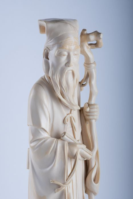 """Okimono, Sculpture - Elephant ivory - Grande Jurojin con pergamena """"Makimono"""" e grande bastone - Scuola di Tokyo - Firmato Kozan - Japan - Meiji period (1868-1912) - Catawiki"""