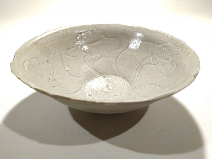 Bowl - Celadon - Porcelain - Celadon-glazed decorated Bowl, Song dynasty - China - Northern Song (960-1127)