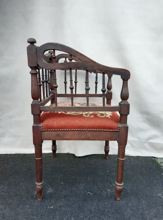 chaise ancienne inhabituelle avec