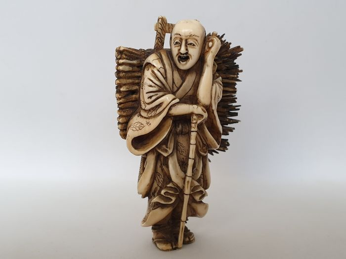 Okimono - Ivory - Man with branches - signed - Japan - ca. 1870 - Catawiki