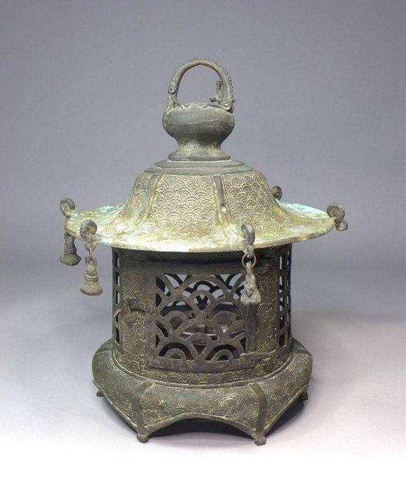 Lantern (1) - Bronze - Large and fine hanging lamp with wave auspiciuos pattern and dragon handle - Japan - Edo Period (1600-1868) - Catawiki