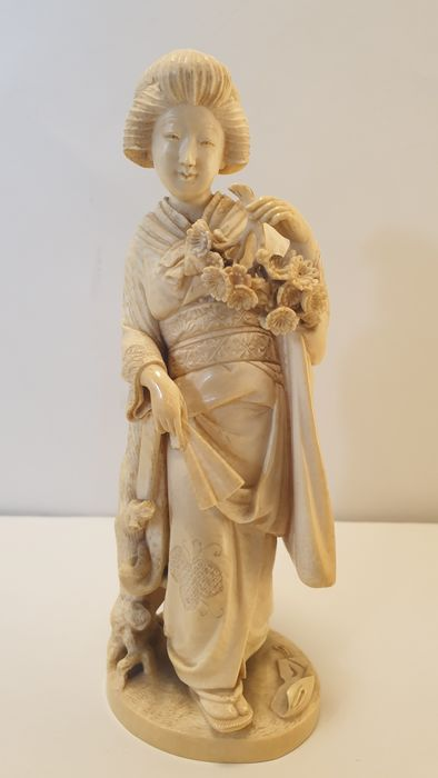 Okimono - Elephant ivory - a Geisha - Japan - Late 19th century (Meiji period) - Catawiki
