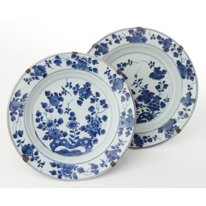 Plates (2) - Porcelain - Two large plates of blue porcelain - China - Kangxi (1662-1722) - Catawiki