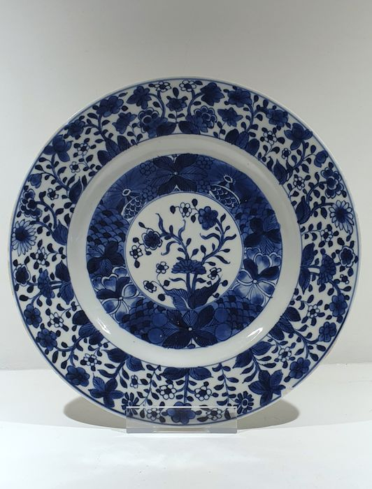 Plate (1) - Blue and white - Porcelain - Flowers - Kangxi plate Ø 24.7 cm - China - Kangxi (1662-1722) - Catawiki