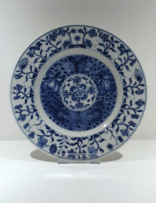 Plate (1) - Blue and white - Porcelain - Flowers, Swastika - Kangxi plate Ø 25 cm - China - Kangxi (1662-1722) - Catawiki