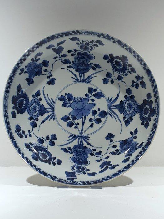 Plate (1) - Blue and white - Porcelain - Flowers - Large deep plate Ø 27 cm - China - Kangxi (1662-1722) / Yongzheng (1723-1735) - Catawiki