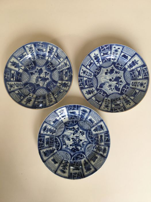 A set of three Chinese porcelain plates with blue / white floral decor in cartousches of which one (3) - Porcelain - China - early 18th century - Catawiki