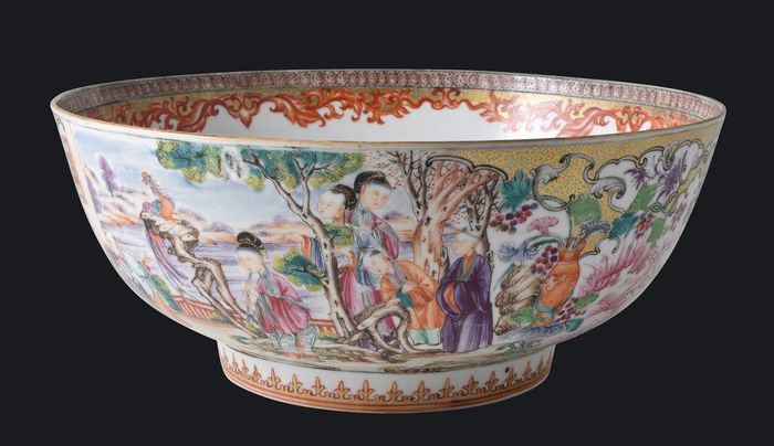 A VERY LARGE CHINESE ROSE FAMILY MANDARINS PATTERN PUNCH BOWL - Porcelain - China - Qianlong (1736-1795) - Catawiki