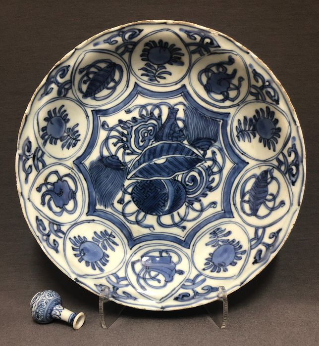 Saucer - Porcelain - Buddhist treasures with ribbons - Excellent painted - China - Wanli (1573-1619) - Catawiki